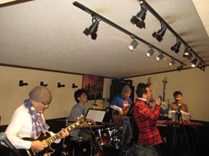 昭和歌謡バンドで会場は大盛り上がり